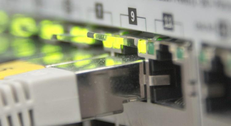 Switch mit eingesteckten LAN-Kabeln