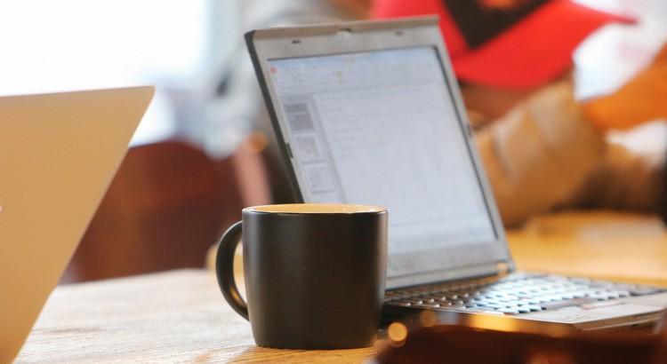Notebooks und Kaffetassen
